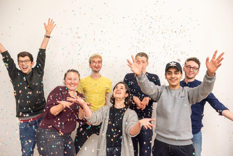 Sieben Menschen werfen Konfetti in die Luft und lachen. © Servicestelle Jugendbeteiligung e. V., 2020